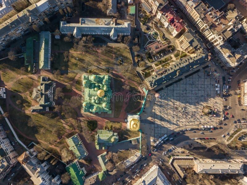 Kiev, Ucraina - 7 aprile 2018: Vista dalla cima di Sophia Square e della cattedrale della st Sophia con le cupole dorate immagine stock libera da diritti