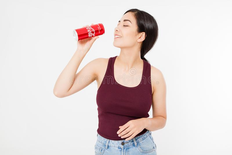 KIEV, UCRAINA - 06 28 2018: Asiatico felice, donna sexy coreana che beve un barattolo della coca-cola Acqua dolce Editoriale indi fotografie stock libere da diritti