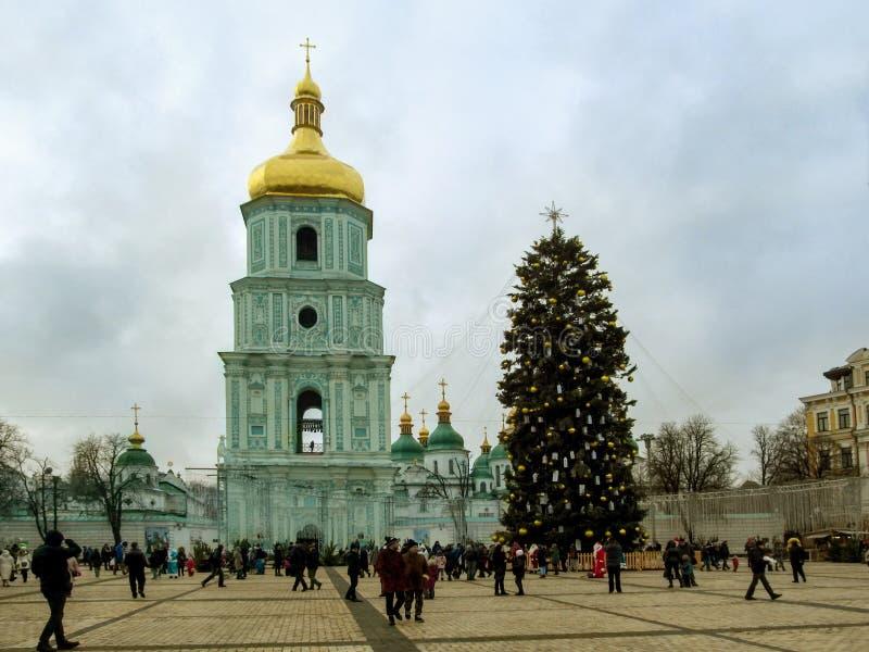 Kiev, Ucraina - 31 dicembre 2017: Cattedrale del ` s di Sophia del san e l'albero di Natale principale dell'Ucraina 2018 sulla st fotografie stock