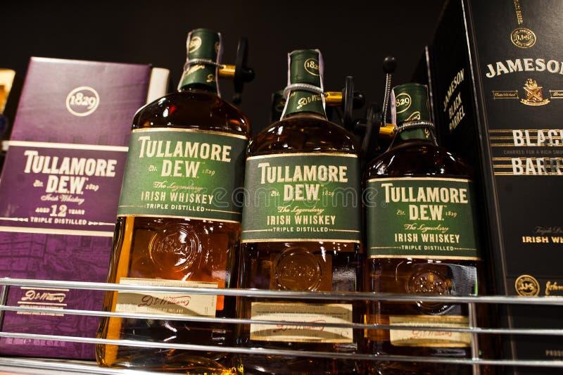 Kiev, Ucraina - 19 dicembre 2018: Le bottiglie di Tullamore inumidiscono sugli scaffali in un supermercato Tullamore D E W è una  fotografia stock libera da diritti