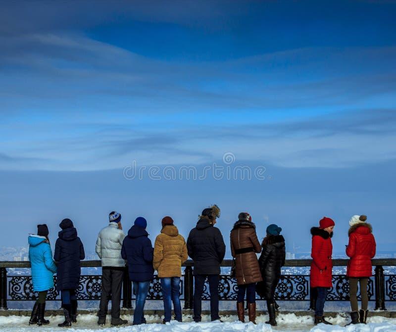 Kiev, Ucraina - 12 febbraio 2017: Sguardo all'orizzonte della città, giorno della gente, all'aperto fotografie stock