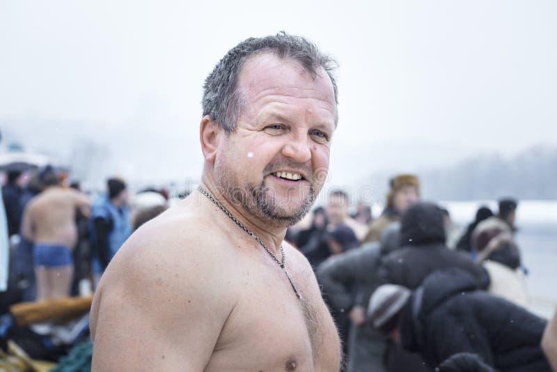 Kiev, Ucraina - gennaio 19, 2017: I cristiani ortodossi celebrano l'epifania con nuoto del ghiaccio Uomo sorridente immagini stock libere da diritti