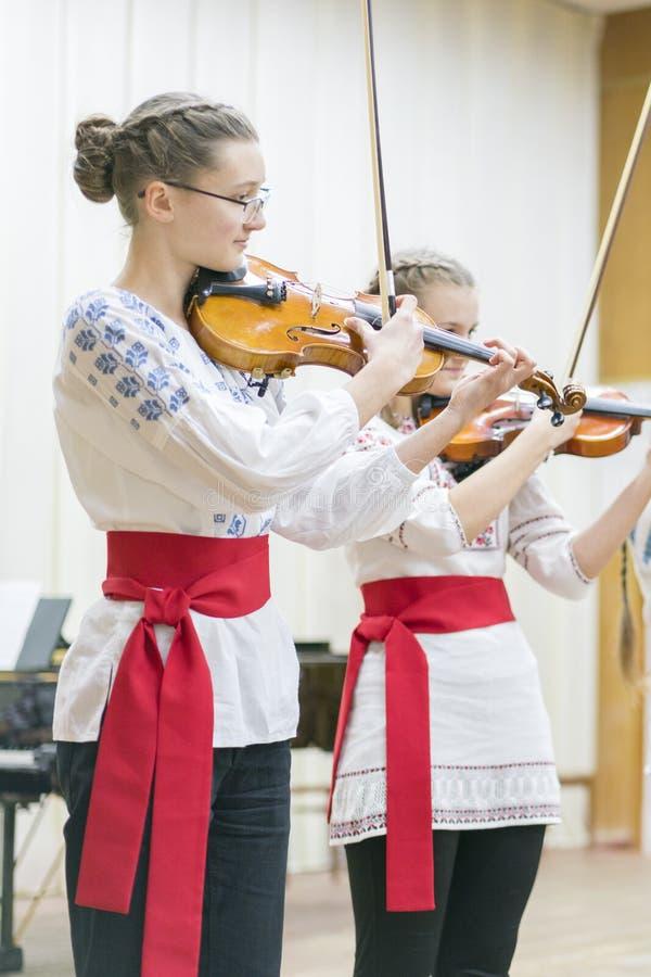Kiev, Ucraina 21 gennaio 2019 insieme del violino dei bambini Bambini con i violini in scena L'iniziativa dei bambini, piccoli ta immagine stock