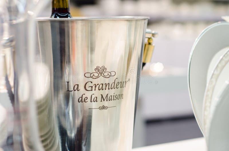 Kiev, Ucraina - 27 gennaio 2019: Secchio del champagne di La Grandeur de la Maison immagini stock
