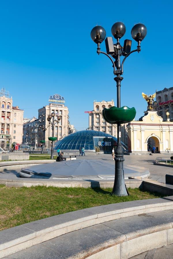 Kiev, Ucraina, IL 31 MARZO 2019: Orizzonte di paesaggio urbano di Kiev sul quadrato Maidan Nezalezhnosti, globo di indipendenza e immagine stock libera da diritti