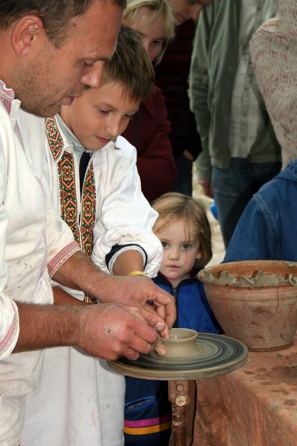 Kiev, Ucraina, 08 10 2005 Il vasaio sta insegnando a bambini all'arte di terraglie fotografia stock