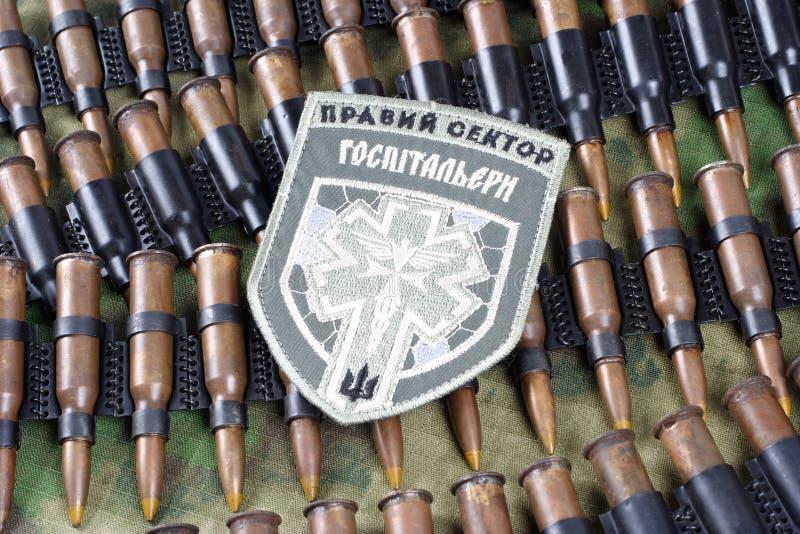 KIEV, UCRAINA - 08 luglio, 2015 Chevron di ucranino si offre volontariamente il corpo con le parole fotografia stock