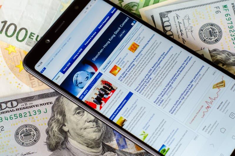 Kiev, Ucraina 12 luglio 2018: Sito Web di borsa valori di Shenzhen sulla nota 5 di Xiaomi Redmi dello schermo fotografia stock