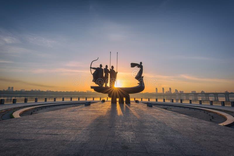 Kiev, Ucraina - 5 maggio 2018: Monumento ai fondatori di Kiev Kiev ad alba, bello paesaggio urbano alla luce solare ardente fotografie stock