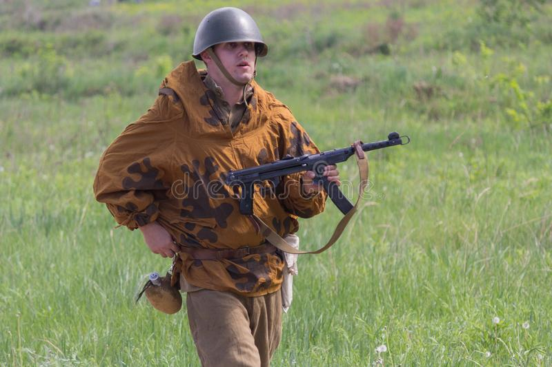 Kiev, Ucraina - 9 maggio 2018: Uomo sotto forma di fante dell'Armata Rossa della seconda guerra mondiale alla ricostruzione stori immagine stock libera da diritti