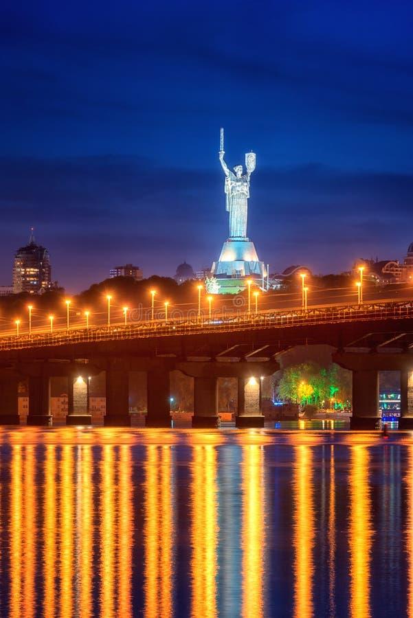 Kiev, Ucraina - 4 maggio 2018: Vista del ponte di Paton, del monumento della patria e del fiume di Dnieper alla notte, bello paes fotografia stock