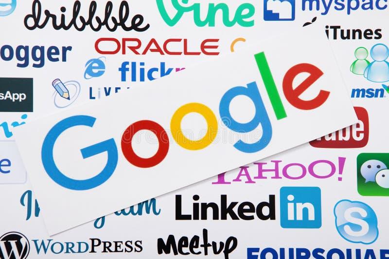 KIEV, UCRAINA - 10 MARZO 2017: Google, linkedin, logotype di yahoo ha stampato su carta Derisione su Vista superiore e sopra fotografia stock libera da diritti