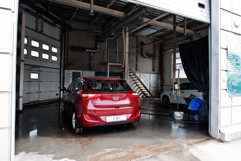 Kiev, Ucraina - 22 marzo 2017: Nuovo Hyundai rosso i30 ad autolavaggio fotografia stock libera da diritti