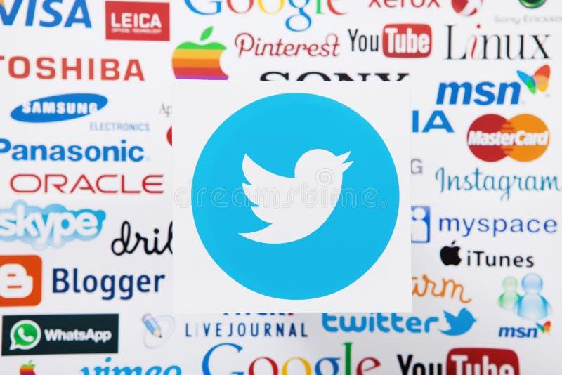 KIEV, UCRAINA - 10 MARZO 2017: Twitter, instagram, youtube, Google, logotype più pinterest ha stampato su carta Derisione su Vist immagine stock