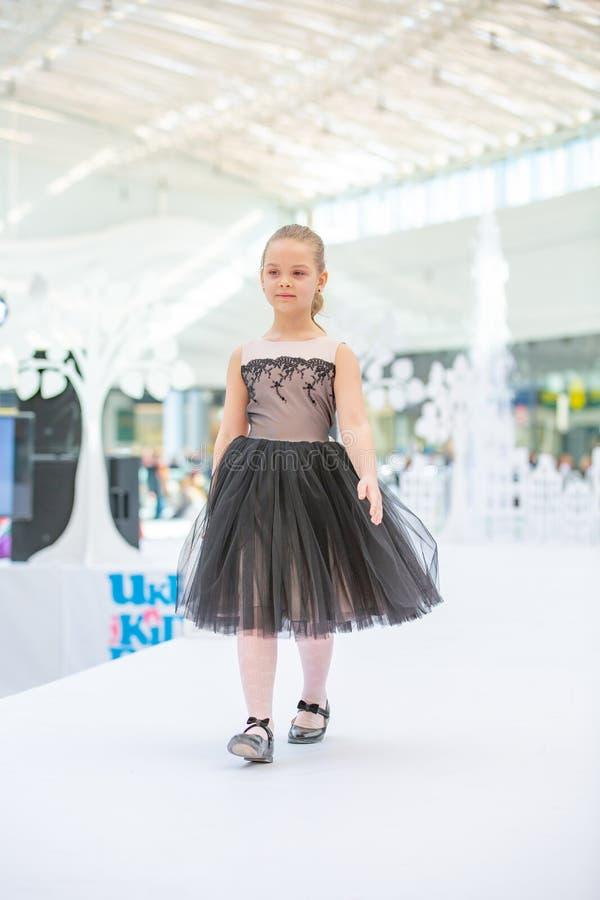 Kiev, Ucraina 3 marzo 2019 UKFW I bambini ucraini adattano il giorno Modello della bambina weared al vestito nero che posa al pod fotografia stock libera da diritti