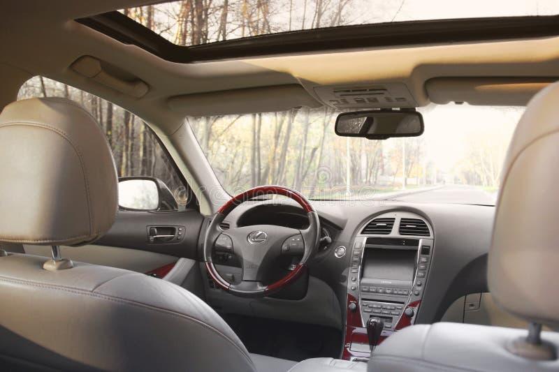 Kiev, Ucraina - 5 novembre 2018: Interno dell'automobile di Lexus Vista dell'interno di un'automobile moderna che mostra il crusc fotografia stock libera da diritti
