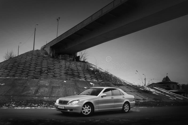 Kiev, Ucraina - 22 novembre 2018: Mercedes-Benz classe s nell'inverno contro lo sfondo del ponte Foto in bianco e nero di Pechino immagine stock