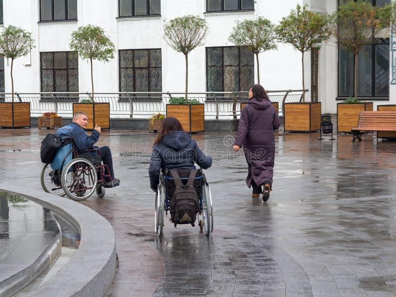 Kiev, Ucraina - 24 ottobre 2015: Coppie della gente con le inabilità in sedie a rotelle fotografia stock libera da diritti