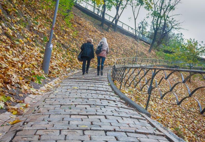 Kiev, Ucraina - 23 ottobre 2013: Due donne salgono al percorso del parco immagini stock libere da diritti