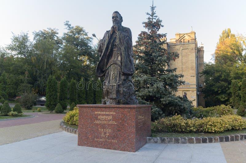 Kiev, Ucraina - 5 ottobre 2018: Un monumento al filosofo cinese a Confucio del politecnico nazionale immagini stock