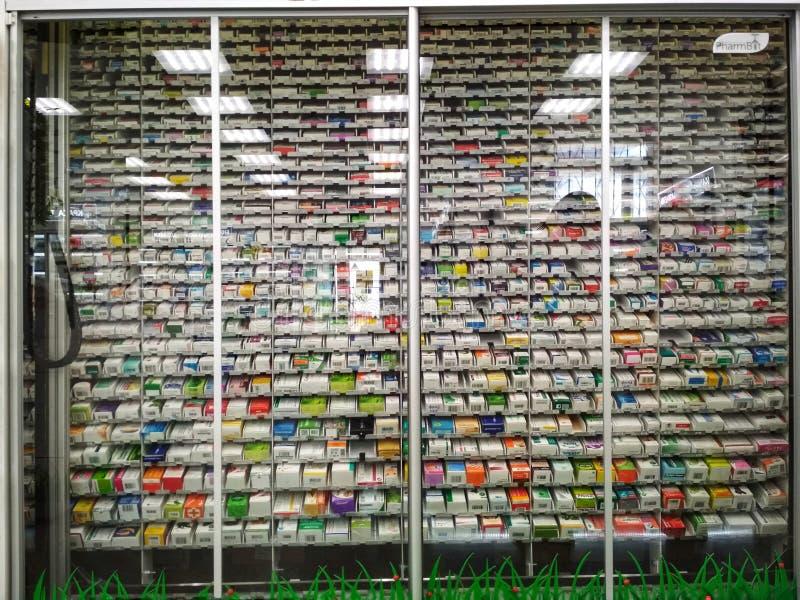 KIEV, UCRAINA - 18 settembre 2019: Un robot-farmacia per una farmacia è un'apparecchiatura mini-magazzino installata in una stazi fotografia stock