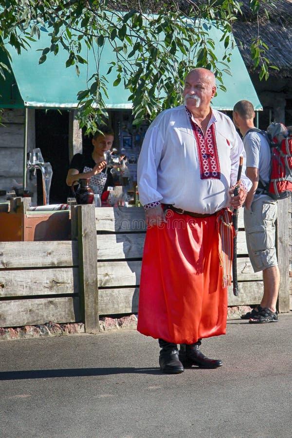 Kiev, Ucraina, 19 08 2012 un uomo anziano con i baffi grigi in costume ucraino immagine stock