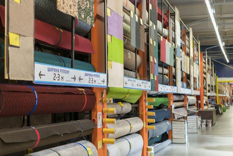 Kiev, Ucrania ¡19 de julio de 2019 venta! Surtido de diversas alfombras en tienda Cierre para arriba Venta de alfombras en la tie imagenes de archivo