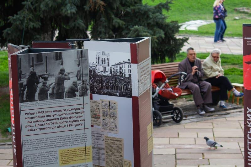 Kiev, Ucrania - 22 de abril de 2018: Agitación visual sobre las actividades de nacionalistas ucranianos durante la Segunda Guerra fotografía de archivo libre de regalías
