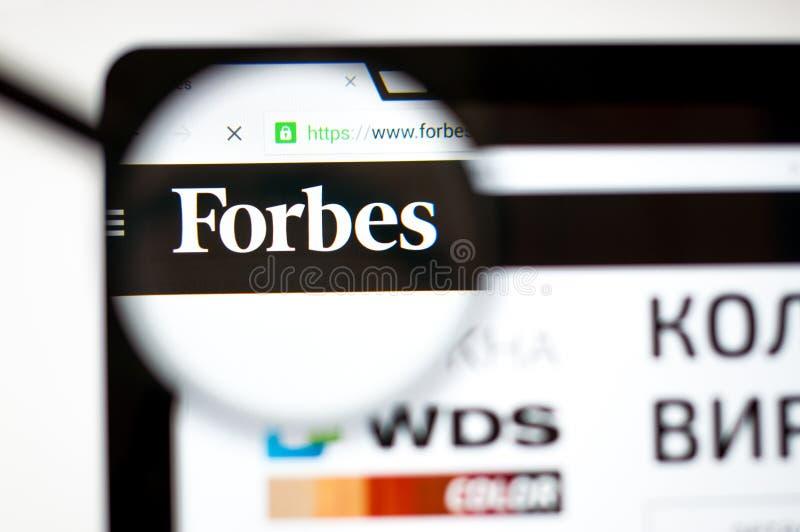 Kiev, Ucrania - 5 de abril de 2019: Homepage de la página web de Forbes Es una revista comercial americana forbes logotipo de COM fotografía de archivo