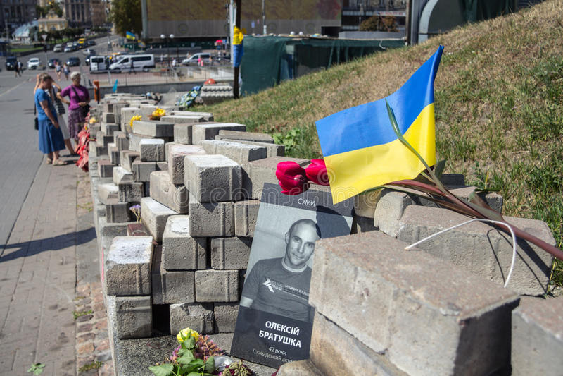 KIEV, UCRANIA - 8 DE AGOSTO DE 2015: Imagen del monumento dedicado a las víctimas de los francotiradores matados durante el revo  imagen de archivo