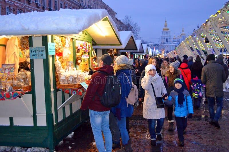 KIEV, UCRANIA - 23 de diciembre de 2017: Adornado por la Navidad y el Año Nuevo Sophia Square en Kiev foto de archivo libre de regalías
