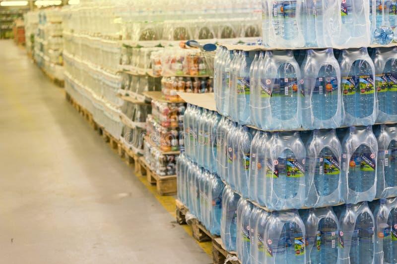 Kiev, Ucrania 25 de enero de 2018 agua mineral en un centro comercial imagen de archivo libre de regalías