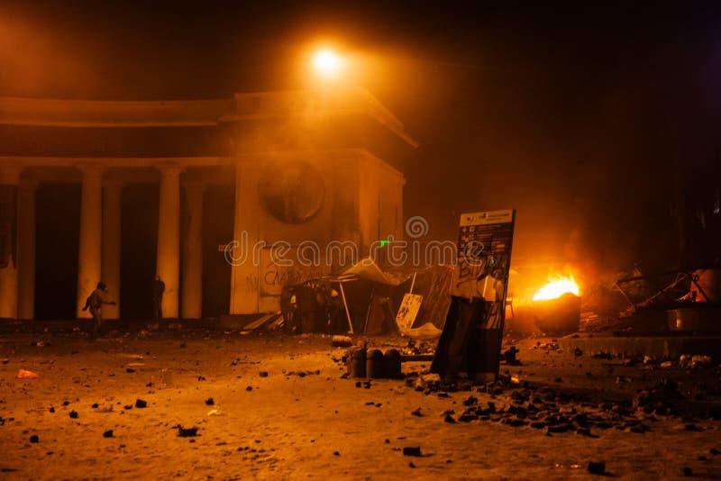 KIEV, UCRANIA - 20 de enero de 2014: Confrontación y anti violentos fotos de archivo libres de regalías