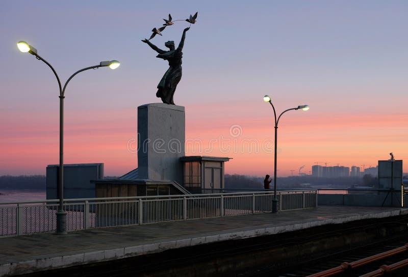 KIEV, UCRANIA - 10 DE ENERO DE 2018: Estación de metro de Kiev Dnipro El hombre está esperando el tren del metro fotos de archivo