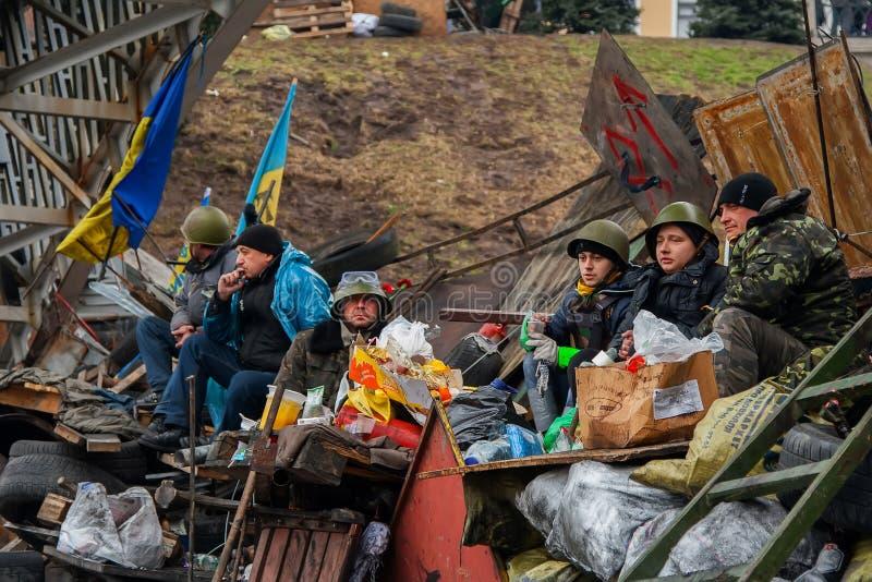 kiev ucrania 23 de febrero de 2014 Gente que protesta en el barri foto de archivo libre de regalías