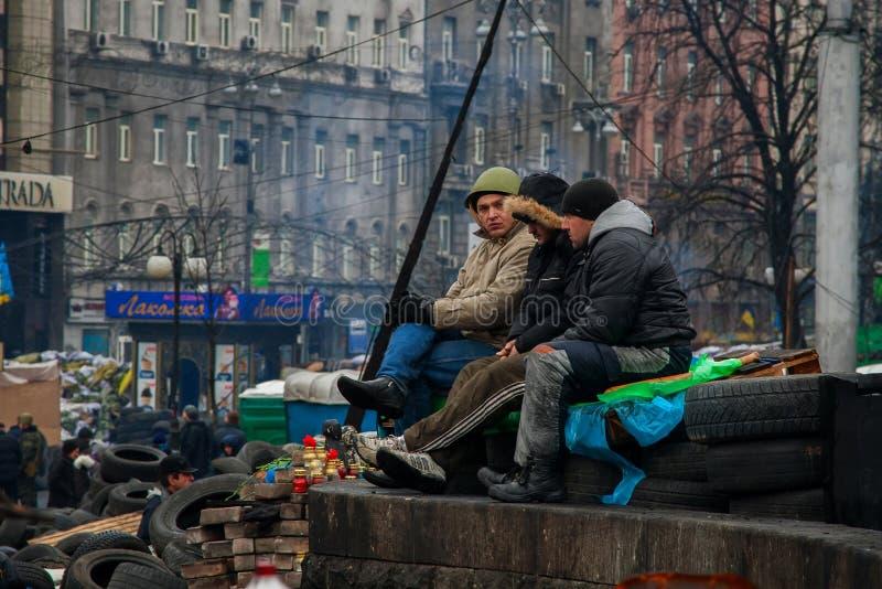 kiev ucrania 23 de febrero de 2014 Gente que protesta en el barri fotos de archivo libres de regalías