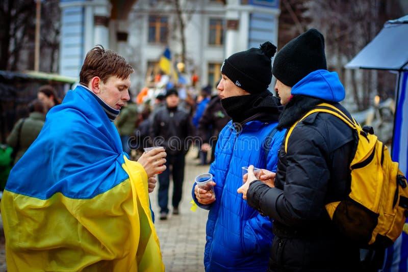 kiev ucrania 23 de febrero de 2014 Gente que protesta en el barri imagen de archivo