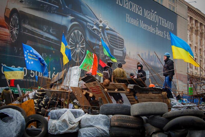 kiev ucrania 23 de febrero de 2014 Gente que protesta en el barri imagenes de archivo