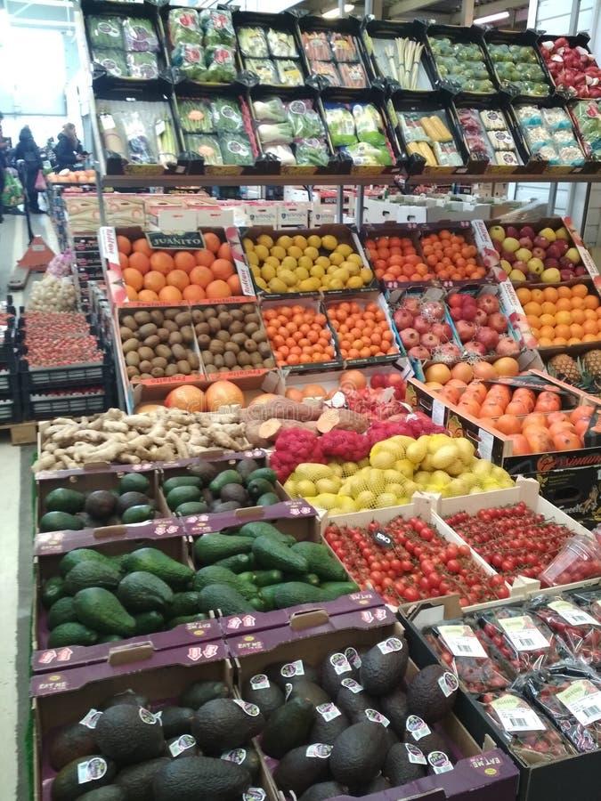 KIEV, UCRANIA - 12 de febrero de 2019: Mercado de Stolichny Paradas con la fruta fresca exótica Pabellón enorme para la venta al  imagen de archivo