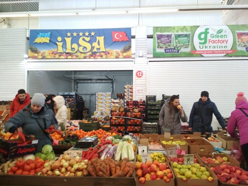 KIEV, UCRANIA - 12 de febrero de 2019: Mercado de Stolichny Paradas con las verduras y las frutas Pabellón enorme para la venta a foto de archivo