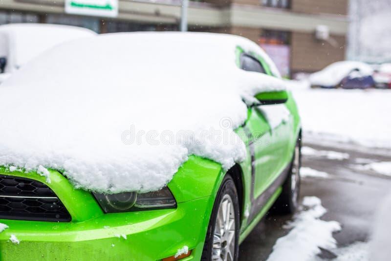 Kiev, Ucrania - 9 de febrero 2018: Nevadas inferiores al aire libre parqueadas edición potente de Ford Mustang Boss en el día de  fotos de archivo