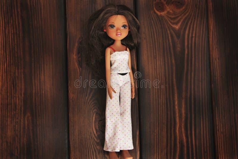 Kiev, Ucrania - 27 de febrero de 2019: Primer de la muñeca de Barbie Morena imagen de archivo libre de regalías