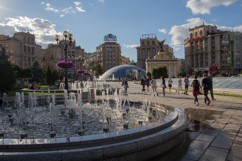 Kiev, Ucrania - 7 de julio de 2017: Ciudadanos y turistas en el cuadrado de la independencia foto de archivo