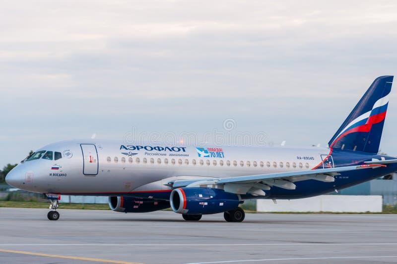 KIEV, UCRANIA - 10 DE JULIO DE 2015: SSJ 195 de Aeroflots fotografía de archivo libre de regalías