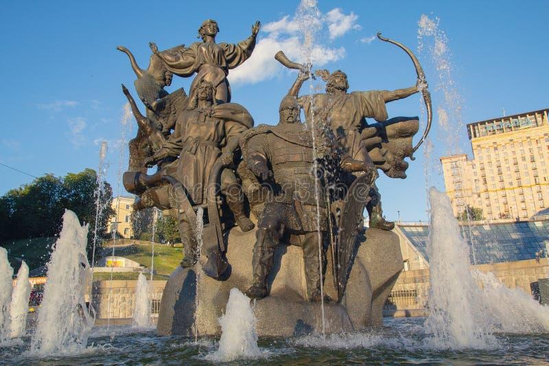 Kiev, Ucrania - 7 de julio de 2018: Monumento de Ciudad-fundadores en el cuadrado de la independencia fotografía de archivo libre de regalías