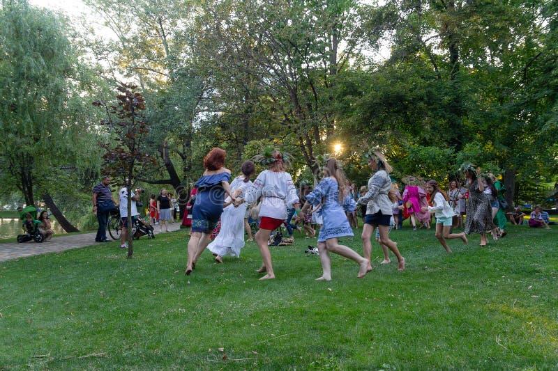 Kiev, Ucrania - 6 de julio de 2018: Ventaja para mujer una danza para celebrar el día de fiesta eslavo tradicional imagen de archivo libre de regalías