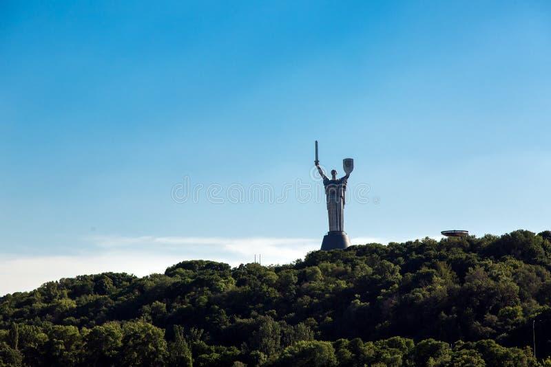 KIEV, UCRANIA - 4 de junio de 2018: La visión desde el lado del Dnieper en el monumento a la patria fotos de archivo