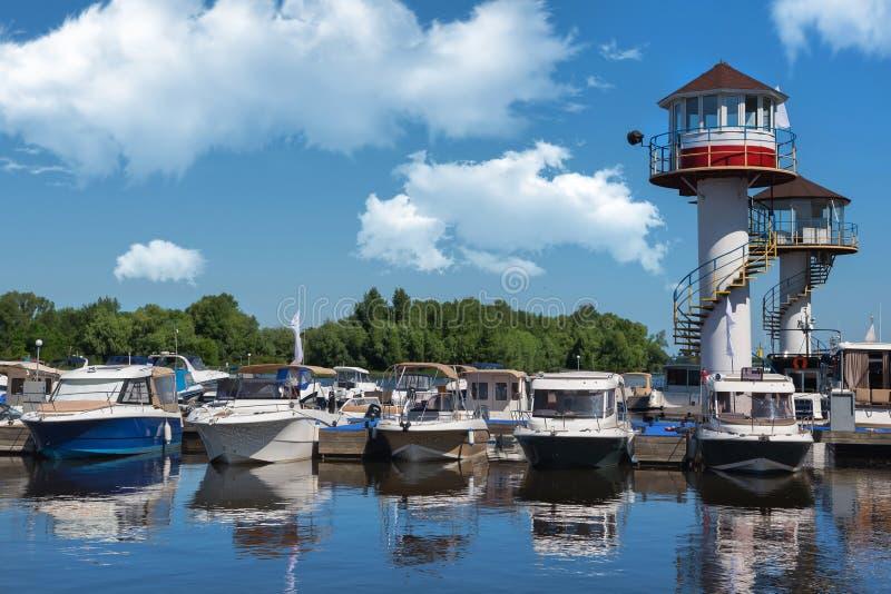 Kiev, Ucrania - 1 de junio de 2018: Yates atracados en puerto de la ciudad aparcamiento del río de los barcos de motor modernos fotografía de archivo libre de regalías