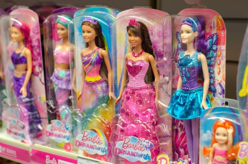 Kiev, Ucrania - 24 de marzo de 2018: Barbie Toys en venta en el soporte del supermercado Barbie es una muñeca de la moda manufact fotografía de archivo