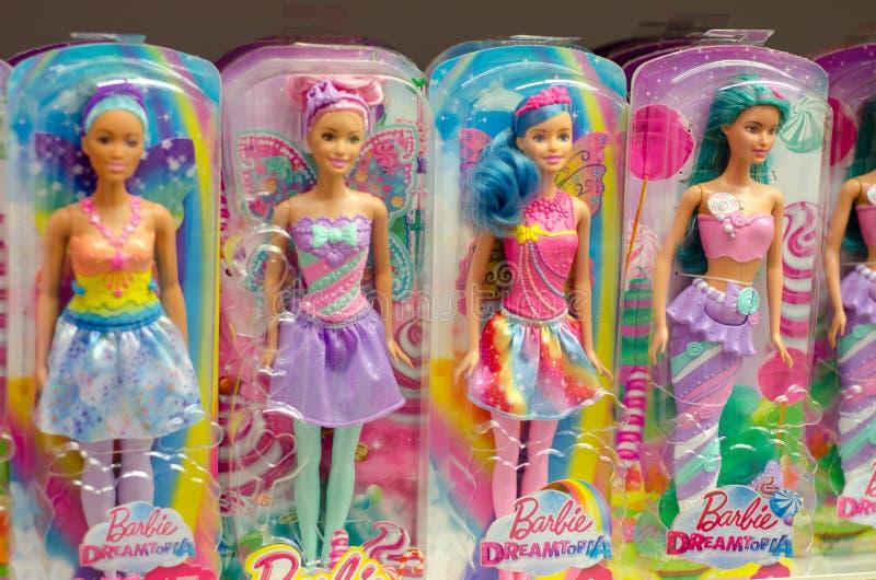 Kiev, Ucrania - 24 de marzo de 2018: Barbie Toys en venta en el soporte del supermercado Barbie es una muñeca de la moda manufact fotos de archivo